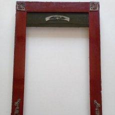 Antigüedades: ANTIGUO MARCO ART NOUVEAU DE MADERA CON ADORNOS DE METAL 67X39,5CM // MODERNISTA DECO ROJO VERDE. Lote 266313893