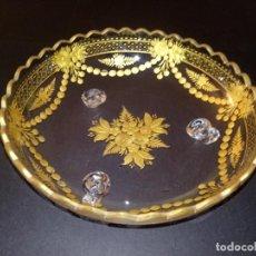 Antigüedades: ANTIGUO CENTRO DE MESA - CRISTAL TALLADO - DECORACIÓN DORADA - 21.5 X 7.5 CMS. Lote 266399048