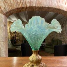 Antigüedades: ANTIGUO CENTRO DE MESA DE CRISTAL DE MURANO CON PIE METÁLICO PATINADO EN PERFECTO ESTADO.. Lote 266413453