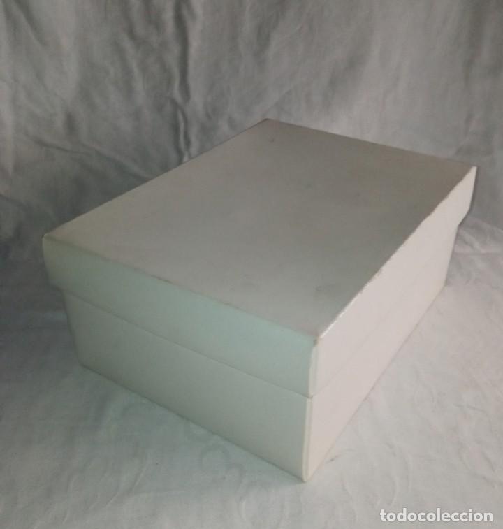 Antigüedades: Antiguo juego de desayuno Recuerdo de mi Primera Comunión. En su caja. - Foto 17 - 266493218