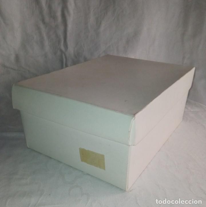 Antigüedades: Antiguo juego de desayuno Recuerdo de mi Primera Comunión. En su caja. - Foto 18 - 266493218