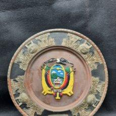 Antigüedades: ANTIGUO PLATO DE COBRE Y LATÓN CON ESCUDO DE ECUADOR. Lote 266638428
