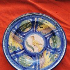 Antiquités: MUY ANTIGUO PLATO DE CERÁMICA CON UN PAJARO AMARILLO EN EL CENTRO. Lote 266734053
