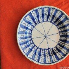 Antiquités: MUY ANTIGUO PLATO DE CERÁMICA EN COLORES AZUL COBALTO. Lote 266735328