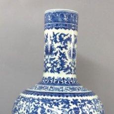 Antigüedades: JARRÓN PORCELANA ESMALTADA BLUE AND WHITE DECORACIÓN VEGETAL CON BASE DE MADERA CHINA SIGLO XX. Lote 266884694