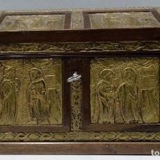 Antigüedades: ARQUETA DE MADERA DE ROBLE Y PLACAS DE LATON DORADO. SIGUIENDO MODELOS ROMANICOS. Lote 266890029