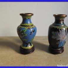 Antigüedades: PAREJA DE JARRONES CLOISONNE DE ESMALTE Y BRONCE. Lote 266905919