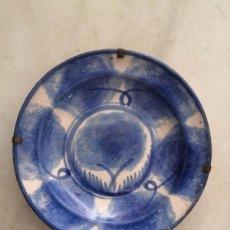 Antigüedades: ANTIGUO PLATO DE RIBESALBES DECORADO CON FLORES EN AZUL, 22 CM , CERÁMICA VALENCIANA. Lote 266929459