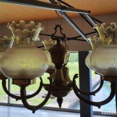 Antigüedades: LAMPARA BRONCE Y LATÓN DE 5 BRAZOS CON TULIPAS DE CRISTAL ESMERILADO. Lote 266932789
