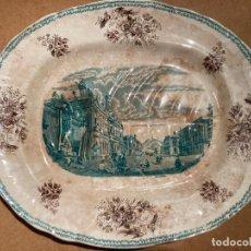 Antigüedades: FUENTE PARA SERVIR CARNE, DE LOZA ESTAMPADA DE PICKMAN CON VISTA DE BARCELONA DE DOS COLORES. Lote 266980879