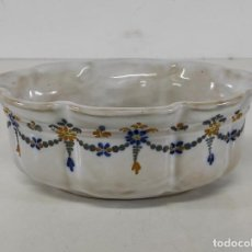 Antiquités: JARDINERA, CENTRO DE MESA - CERÁMICA TALAVERA - PINTADA A MANO - SELLO EN LA BASE LCP. Lote 267174629