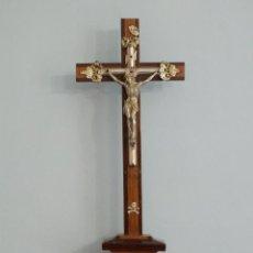 Antigüedades: CRUZ DE SOBREMESA O DE ALTAR, ELABORADA EN MADERA Y METAL. PPS. S. XX. MIDE 45 CM.. Lote 267286209