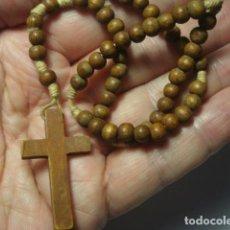 Antiquités: BONITO ROSARIO RELIGIOSO - CUENTAS DE MADERA - MEDIDAS 23 CM EN CAIDA-. Lote 267297629