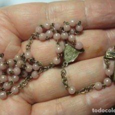 Antiquités: BONITO ROSARIO RELIGIOSO - CUENTAS CRISTAL ROSADO - MEDIDAS 32 CM EN CAIDA-. Lote 267297999