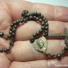 Antiquités: BONITO ROSARIO RELIGIOSO - CUENTAS METAL PLATEADO - MEDIDAS 19 CM EN CAIDA-. Lote 267298184