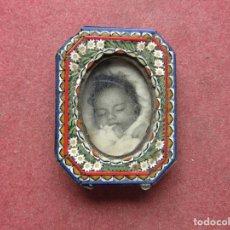 Antiquités: ANTIGUO MINI PORTAFOTOS EN LATÓN FOTOGRAFIA NIÑO MIDE 4,9 CM X 3,8 CM MADE IN ITALY. Lote 267384734