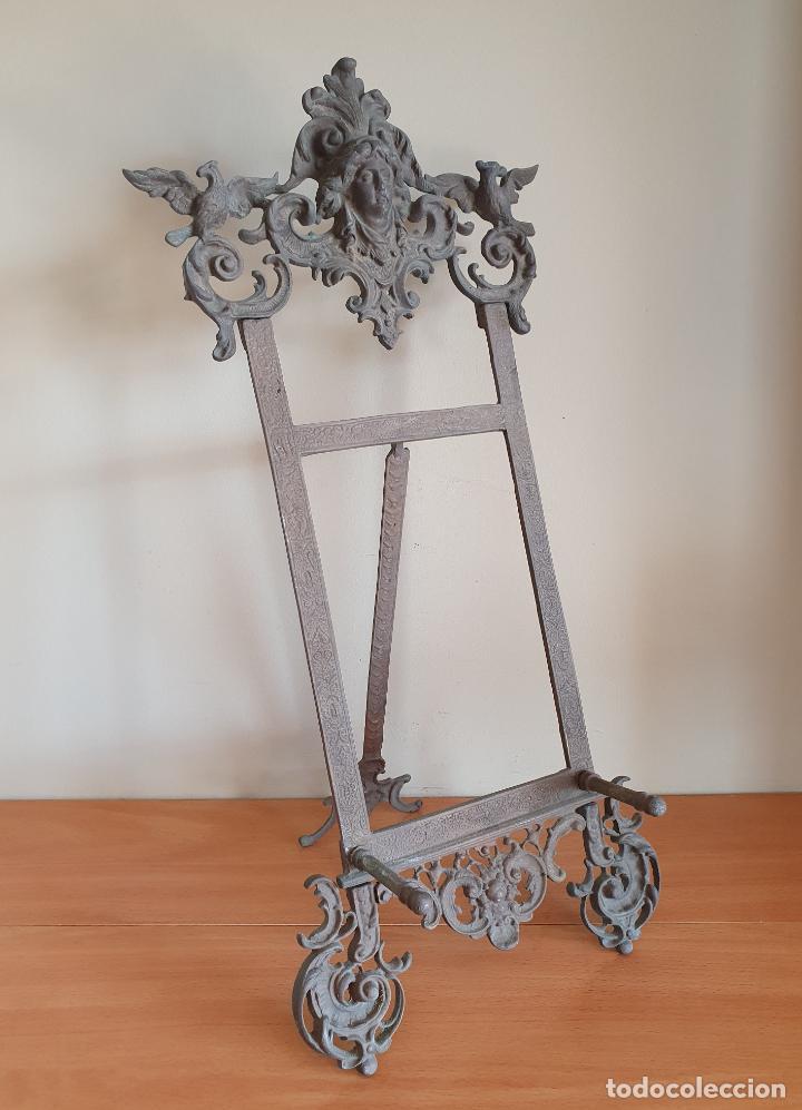 Antigüedades: Bonito atril antiguo Isabelino en bronce macizo con bellos motivos en relieve . - Foto 4 - 267465924