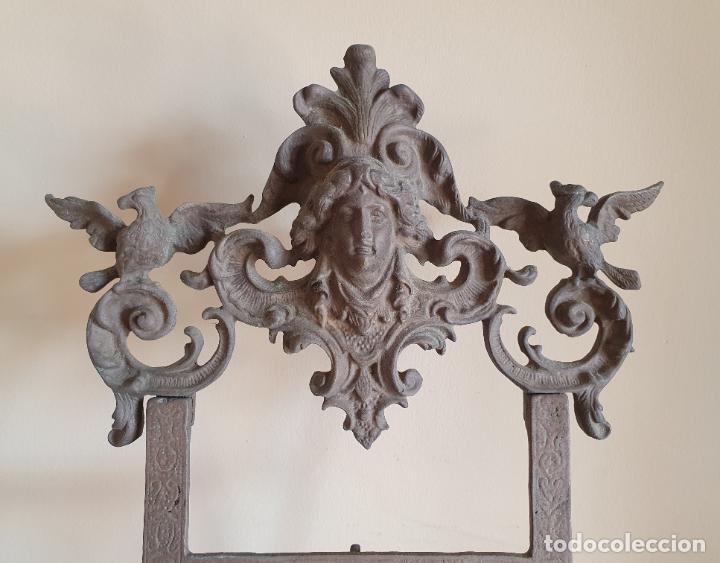 Antigüedades: Bonito atril antiguo Isabelino en bronce macizo con bellos motivos en relieve . - Foto 7 - 267465924