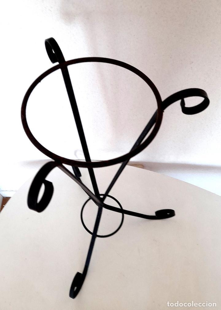 Antigüedades: Palanganero macetero de pie forja metal pintado de negro 67 cm alto - Foto 2 - 267569244