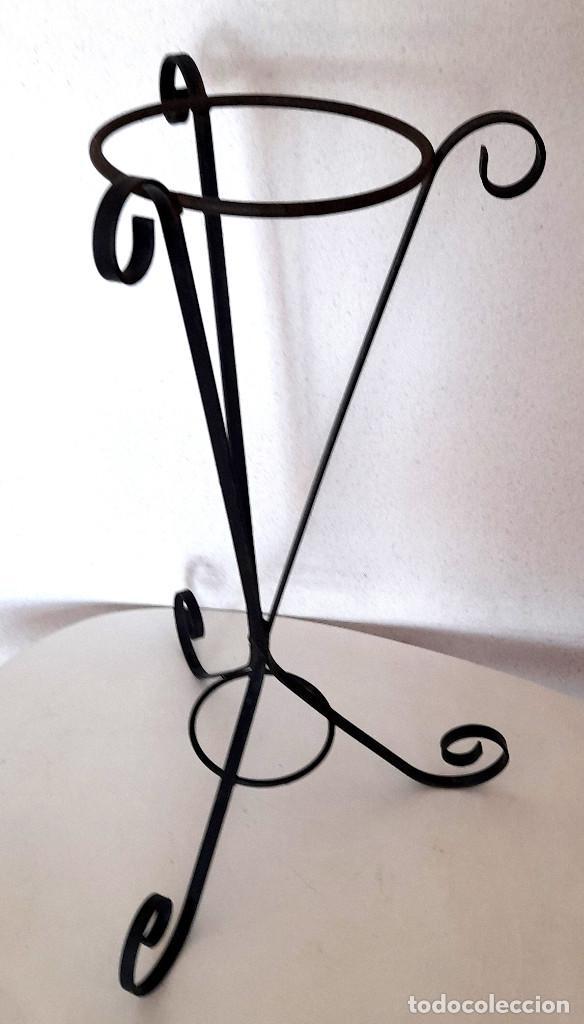 Antigüedades: Palanganero macetero de pie forja metal pintado de negro 67 cm alto - Foto 5 - 267569244
