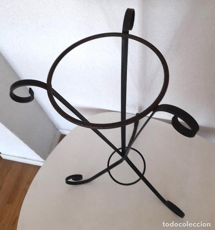 Antigüedades: Palanganero macetero de pie forja metal pintado de negro 67 cm alto - Foto 6 - 267569244