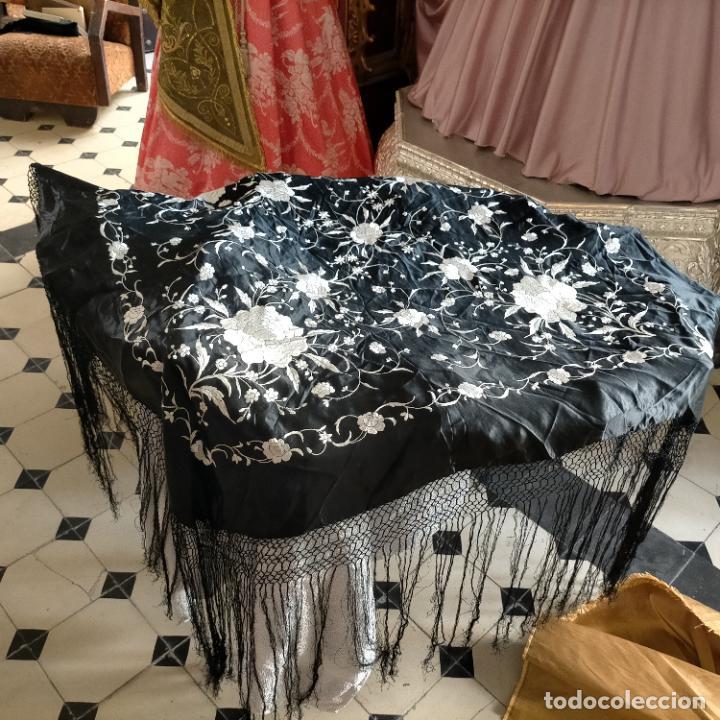 Antigüedades: manton flamenca manila negro raso y bordado blanco , medida central 110 cm reja y flecos 45 cm - Foto 12 - 267590794