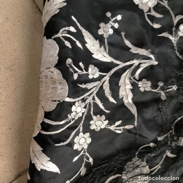 Antigüedades: manton flamenca manila negro raso y bordado blanco , medida central 110 cm reja y flecos 45 cm - Foto 18 - 267590794