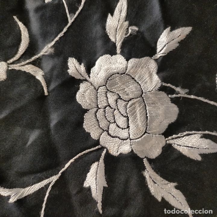 Antigüedades: manton flamenca manila negro raso y bordado blanco , medida central 110 cm reja y flecos 45 cm - Foto 20 - 267590794