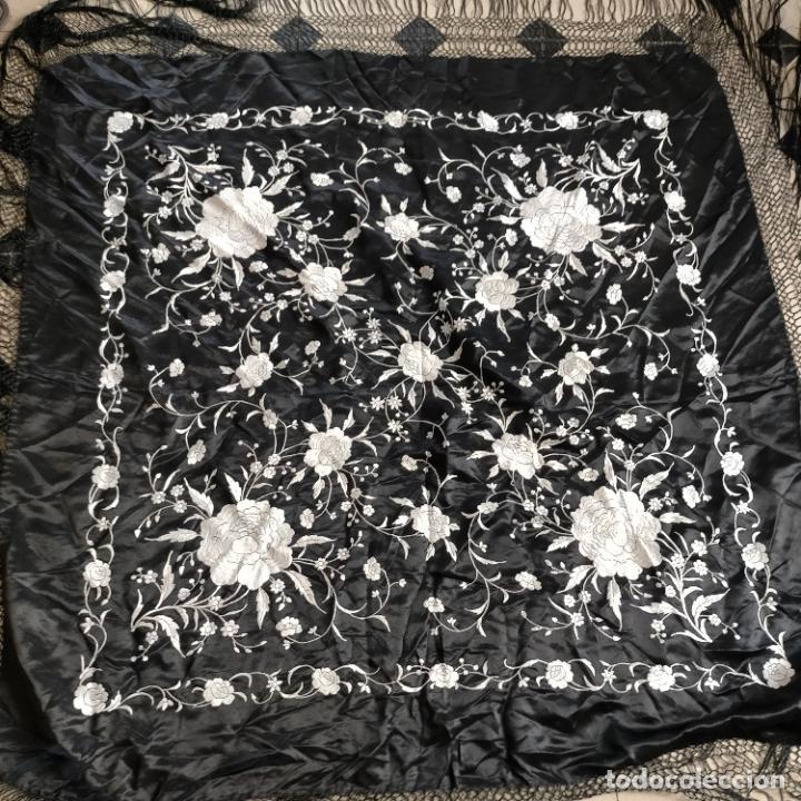 Antigüedades: manton flamenca manila negro raso y bordado blanco , medida central 110 cm reja y flecos 45 cm - Foto 25 - 267590794