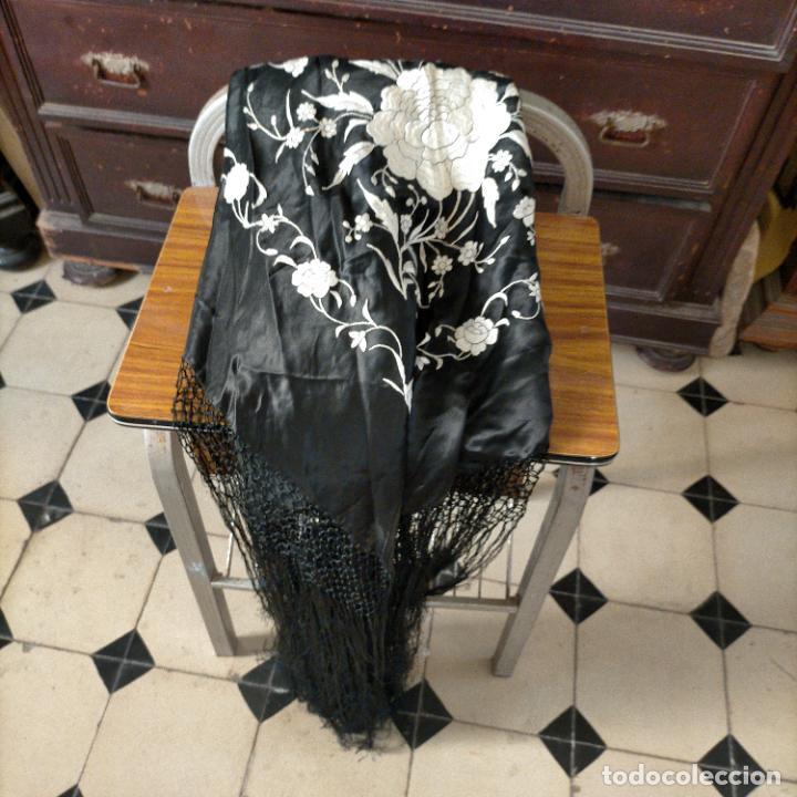 Antigüedades: manton flamenca manila negro raso y bordado blanco , medida central 110 cm reja y flecos 45 cm - Foto 2 - 267590794