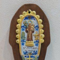 Antigüedades: PRECIOSA BENDITERA ANTIGUA DE MANISES SAN ANTONIO DE PADUA CON RETABLO DE MADERA PARA COLGAR. Lote 267611919