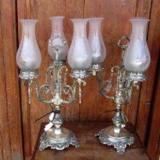 Antigüedades: PAREJA DE LAMPARAS CANDELABROS DE ALPACA PLATEADA GRABADA DE TRES LUCES CON TULIPA,. Lote 267650209