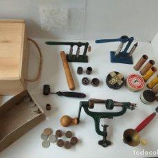 Antiquités: JUEGO DE UTENSILIOS PARA CARGAR CARTUCHOS DE CAZA (VER FOTOS). Lote 267668449