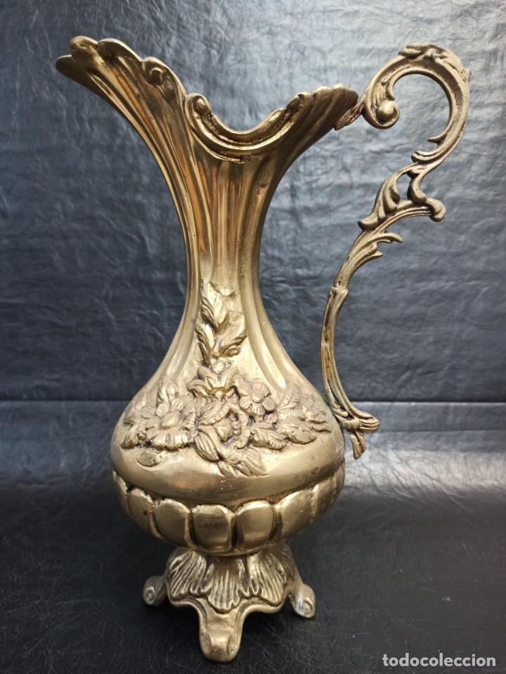 ELEGANTE JARRA DE BRONCE CON MOTIVOS FLORALES. A2 (Antigüedades - Hogar y Decoración - Jarrones Antiguos)