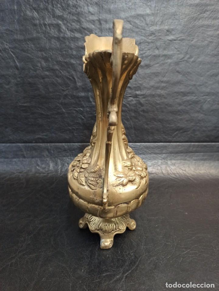 Antigüedades: Elegante jarra de bronce con motivos florales. A2 - Foto 3 - 267747059