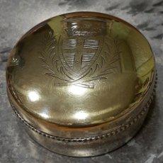 Antigüedades: PRECIOSO HOSTIARIO DE METAL PLATEADO CON ESCUDO LAUREADO.. Lote 267753664