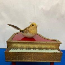 Antigüedades: CAJA-JOYERO CON FORMA DE PIANO DE COLA, CAJA MUSICAL, CON PÁJARO DÉ PLUMAS AUTÉNTICAS,ANTIGUA. Lote 267790159