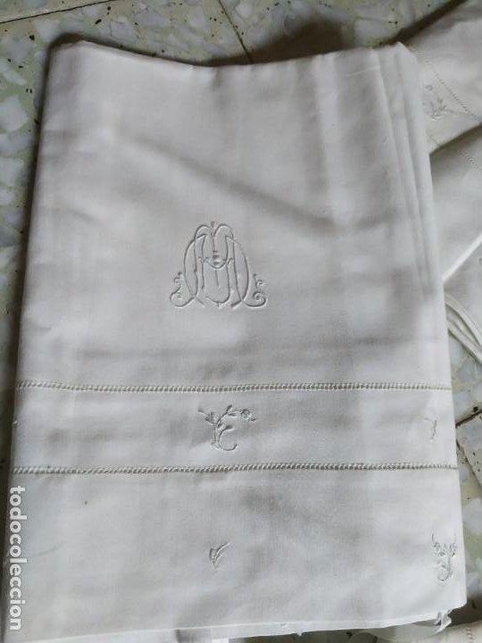 Antigüedades: Antiguo juego de 2 sábanas de hilo con bordados y 4 fundas de almohada. Principios s. XX. 210 x 270 - Foto 2 - 267790984