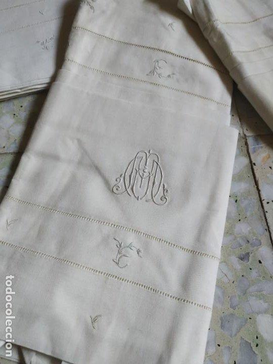 Antigüedades: Antiguo juego de 2 sábanas de hilo con bordados y 4 fundas de almohada. Principios s. XX. 210 x 270 - Foto 3 - 267790984