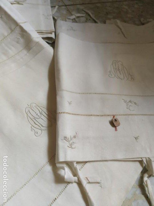Antigüedades: Antiguo juego de 2 sábanas de hilo con bordados y 4 fundas de almohada. Principios s. XX. 210 x 270 - Foto 4 - 267790984