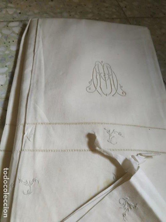 Antigüedades: Antiguo juego de 2 sábanas de hilo con bordados y 4 fundas de almohada. Principios s. XX. 210 x 270 - Foto 5 - 267790984