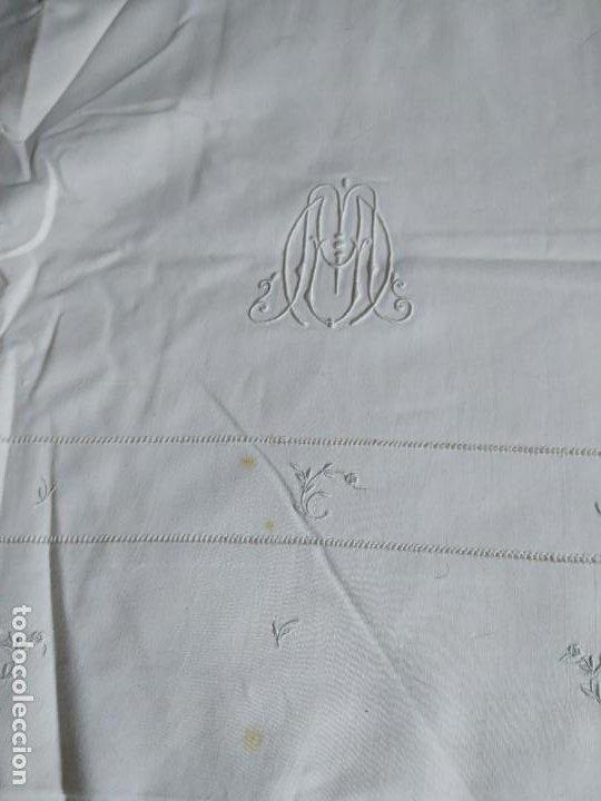 Antigüedades: Antiguo juego de 2 sábanas de hilo con bordados y 4 fundas de almohada. Principios s. XX. 210 x 270 - Foto 6 - 267790984