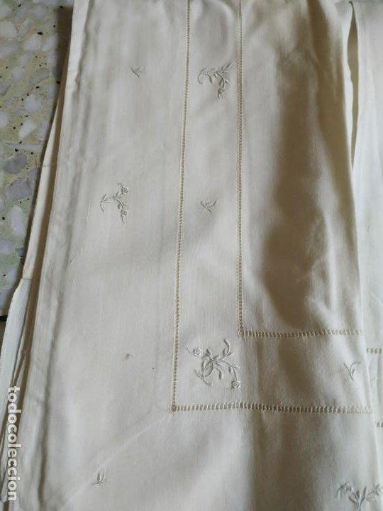 Antigüedades: Antiguo juego de 2 sábanas de hilo con bordados y 4 fundas de almohada. Principios s. XX. 210 x 270 - Foto 10 - 267790984