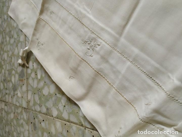 Antigüedades: Antiguo juego de 2 sábanas de hilo con bordados y 4 fundas de almohada. Principios s. XX. 210 x 270 - Foto 15 - 267790984