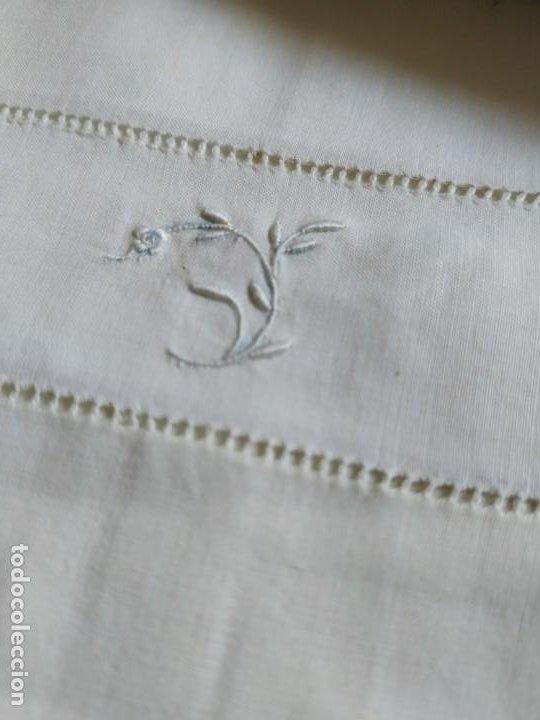 Antigüedades: Antiguo juego de 2 sábanas de hilo con bordados y 4 fundas de almohada. Principios s. XX. 210 x 270 - Foto 16 - 267790984