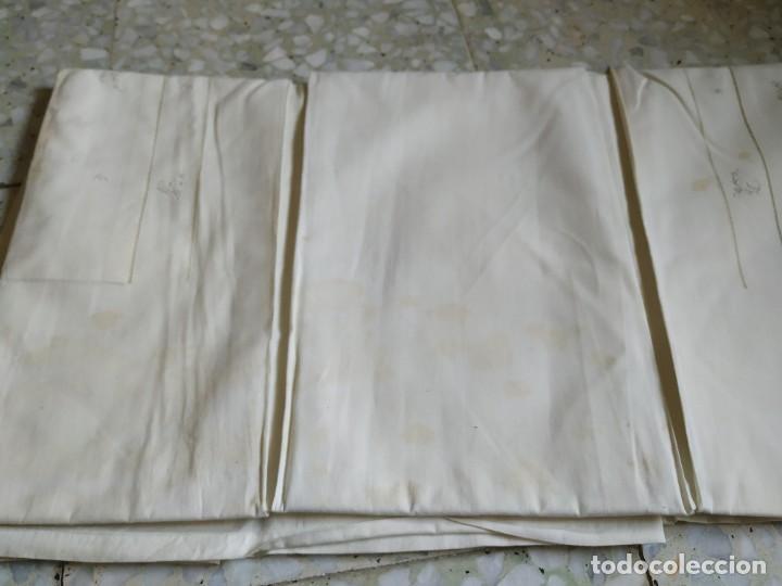 Antigüedades: Antiguo juego de 2 sábanas de hilo con bordados y 4 fundas de almohada. Principios s. XX. 210 x 270 - Foto 17 - 267790984