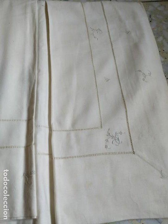 Antigüedades: Antiguo juego de 2 sábanas de hilo con bordados y 4 fundas de almohada. Principios s. XX. 210 x 270 - Foto 21 - 267790984