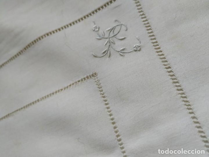 Antigüedades: Antiguo juego de 2 sábanas de hilo con bordados y 4 fundas de almohada. Principios s. XX. 210 x 270 - Foto 24 - 267790984