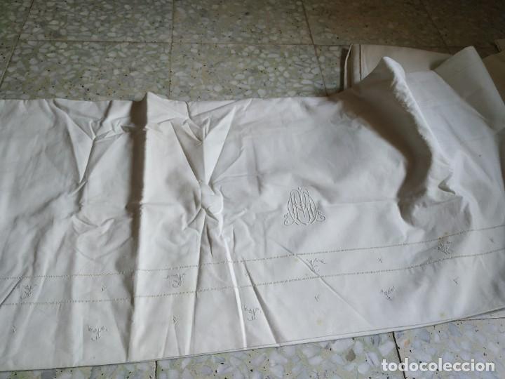 Antigüedades: Antiguo juego de 2 sábanas de hilo con bordados y 4 fundas de almohada. Principios s. XX. 210 x 270 - Foto 28 - 267790984