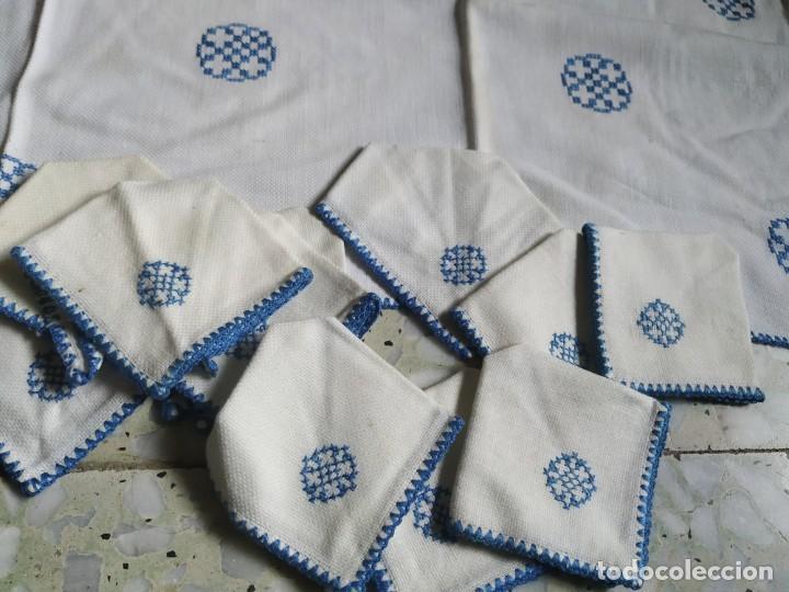 Antigüedades: Antiguo mantel bordado a mano, punto de cruz. 11 servilletas a juego. 73 x 78 cm - Foto 2 - 267812154